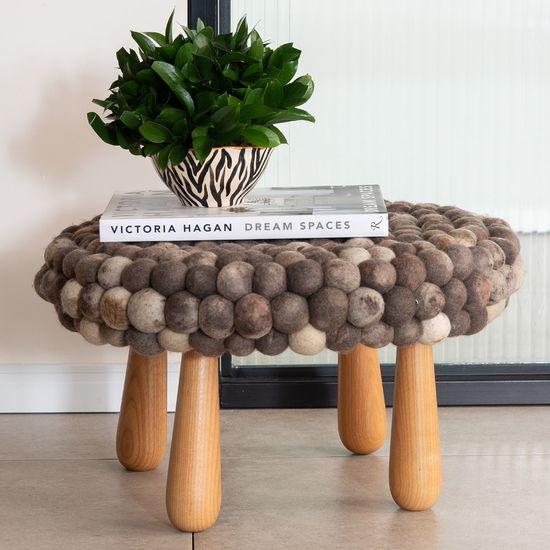 banco-taipa-em-la-de-ovelha-e-madeira-tauari-34cm-by-ines-schertel-detalhe